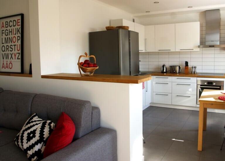 На фото кухня-гостиная в современном стиле