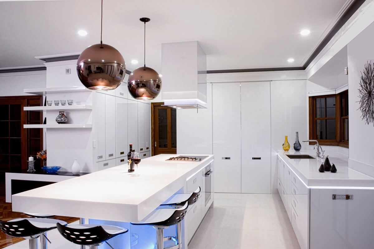 Белая кухня с островом фото