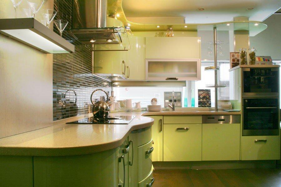 Дизайн кухни с зелёным гарнитуром