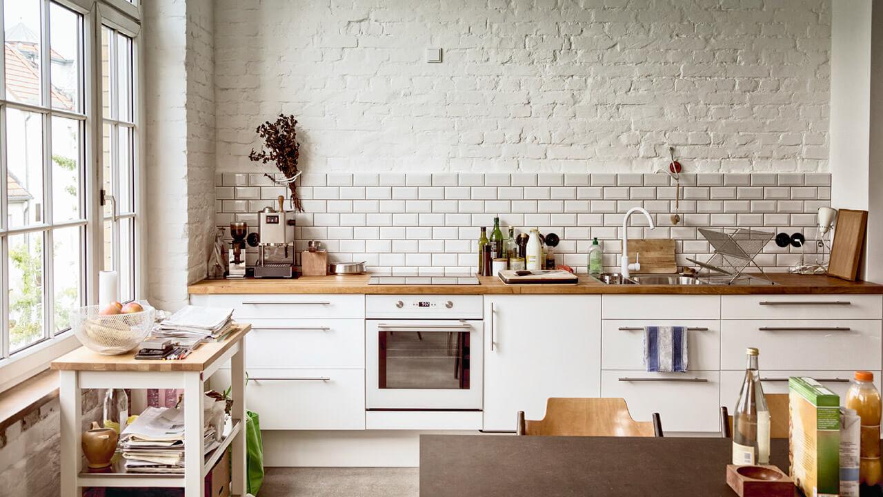 Белая кухня с деревянной столешницей: фото, примеры фасадов, фартуков и интерьеров