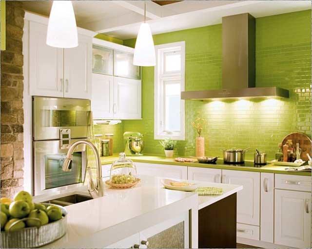 яркие цвета на маленькой кухне