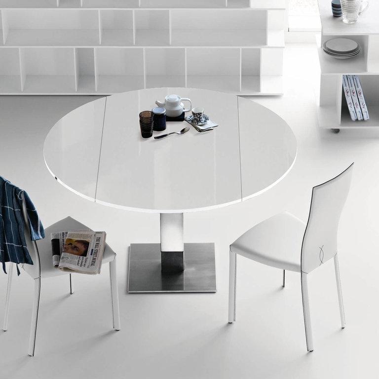 mesa redonda de cristal en la cocina