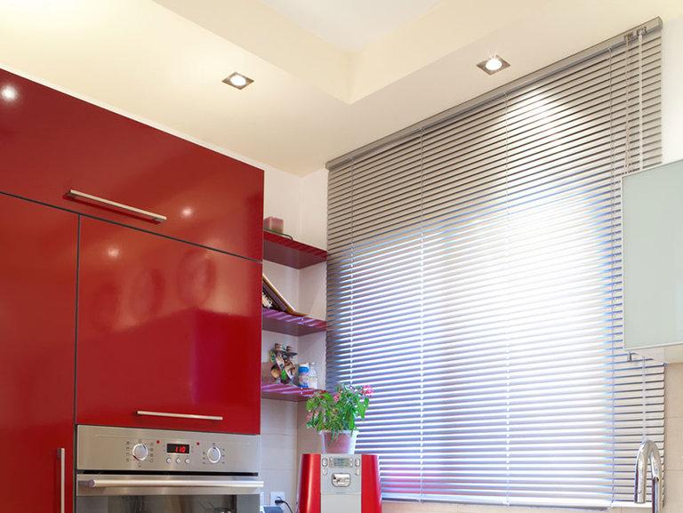 Жалюзи на кухне: 70 фото и современных идей для кухонного интерьера