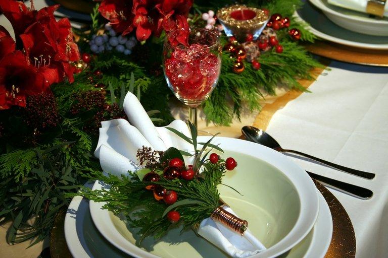 Как украсить стол на новый год 2018 своими руками: фото примеров украшения стола