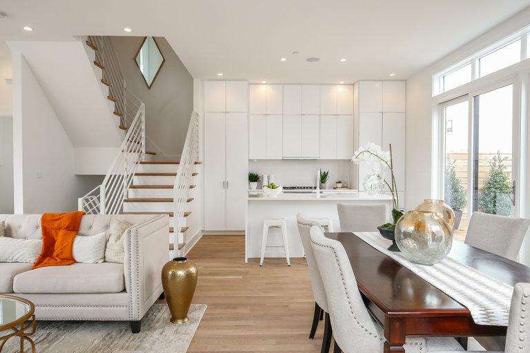 Дизайн столовой с лестницей 451