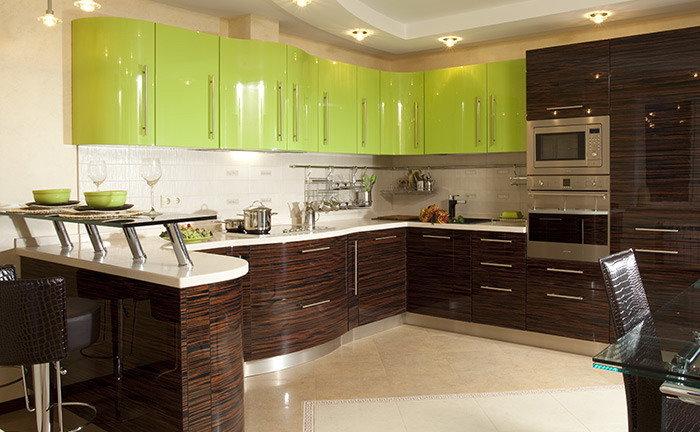 Кухня венге с яркими шкафчиками
