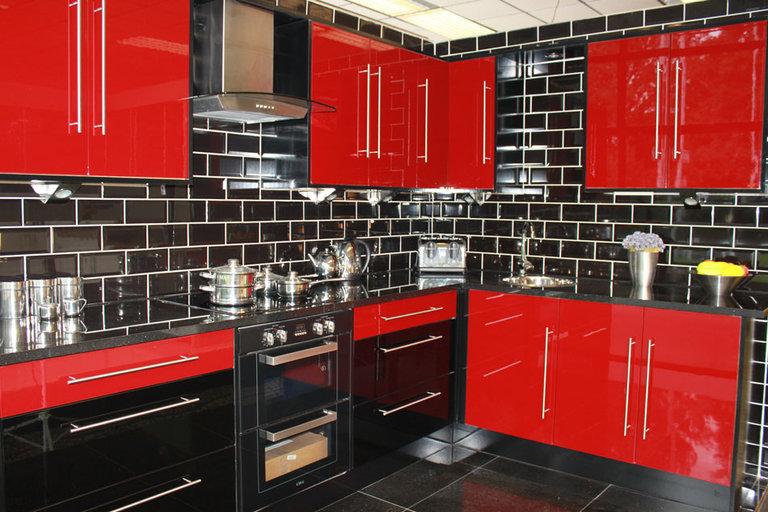 красивая красно-черная кухня