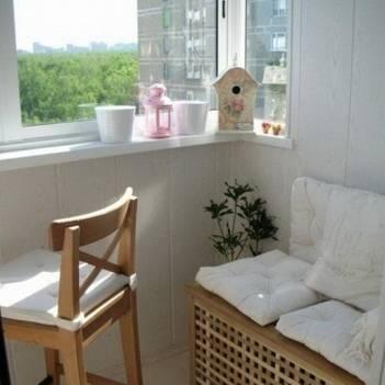 шкафы-сиденья на балконе совмещенном с кухней